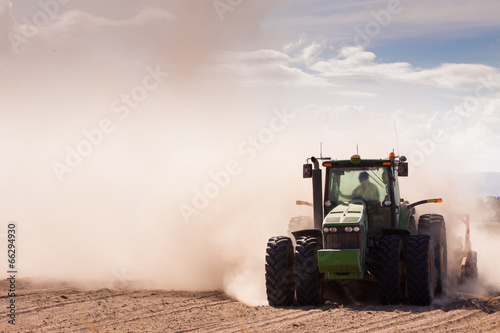 Deurstickers Droogte Tractor in a dusty dry farm