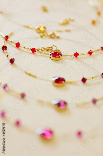 Fotobehang Macrofotografie Halskette in Auslage beim Juwelier