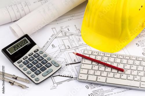 Cuadros en Lienzo  Hausplan mit Helm eines Bauarbeiters