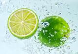 Fototapeta Fototapety do łazienki - Limonki wpadające do wody