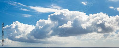 Foto  ciel bleu et nuage de beau temps au dessus de la mer
