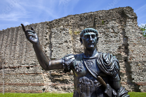 Statue of Roman Emperor Trajan and Remains of London Wall Fototapete