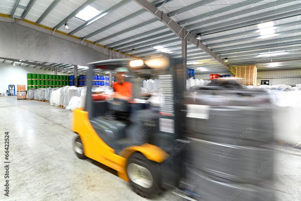 Gabelstapler in Lagerhalle // Forklift in warehouse Foto, Poster ...