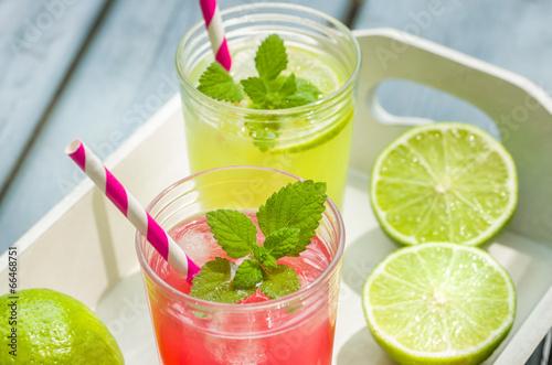 Fotografía  Zwei Gläser mit eisgekühlter Limonade