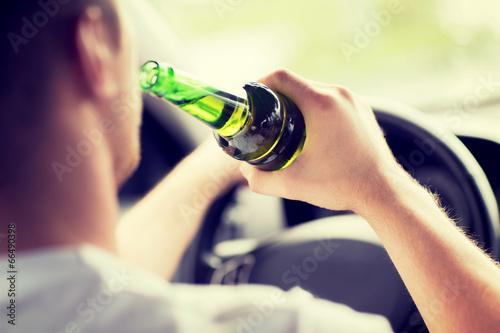Fotografie, Obraz  Muž pití alkoholu při jízdě autem