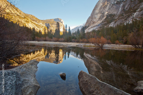 Keuken foto achterwand Grijze traf. Peaceful and serene reflection of mountains and trees at mirror lake in Yosemite National Park