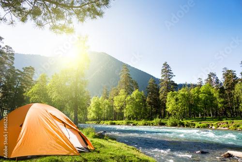 In de dag Kamperen camping in mountains
