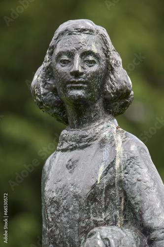 Photo Statue der Anne Frank vor dem Wohnhaus in Amsterdam, Niederlande