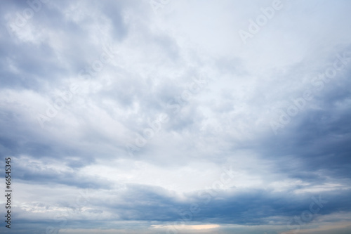 Poster Ciel grey blue clouds in evening sky
