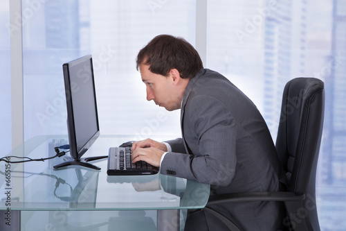Fotografía  Concentrated Businessman Working On Computer In Office