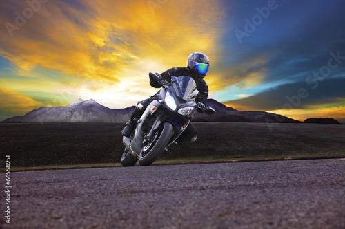Zdjęcie XXL młody człowiek jazda motocyklem w krzywej drogi asfaltowej z obszarów wiejskich i