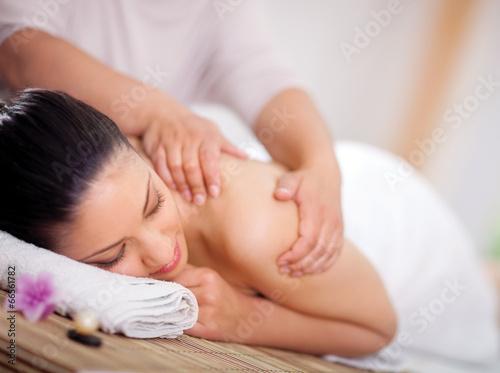 Láminas  Beautiful woman having a wellness back massage at spa salon