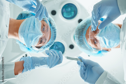 Fotografía  Nurse passes a scalpel to surgeon