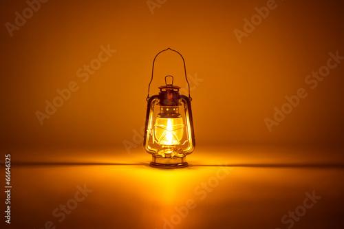 Fotografie, Obraz  Hořící petrolejová lampa pozadí, pojmu zlatý světlo