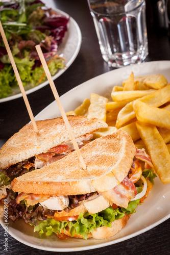 Stickers pour porte Pierre, Sable Club sandwich with potato French fries