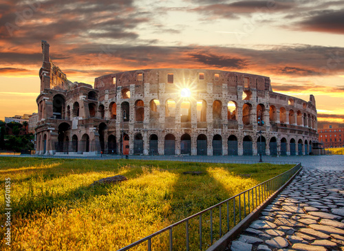 Foto Colosseum against sunrise time in Rome, Italy