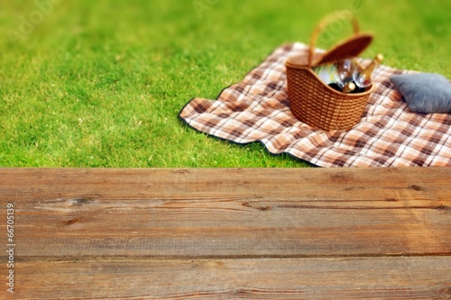 In de dag Picknick Picnic table, blanket and basket in the grass