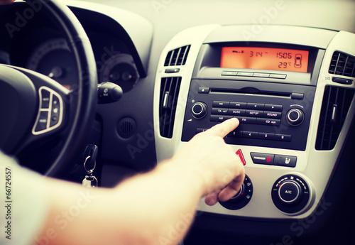 Fotografía  man using car audio stereo system