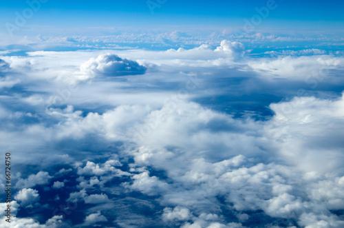 chmury-na-niebieskim-niebie