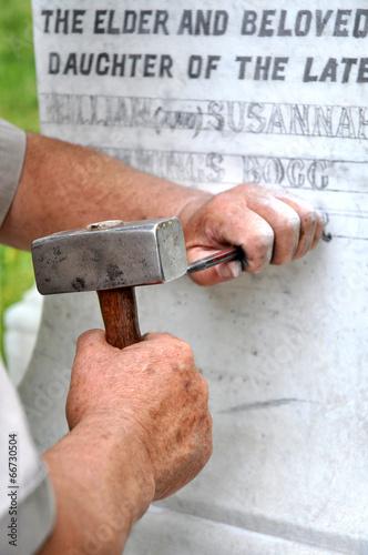 Fotografia Stonemason Engraving Marble Gravestone