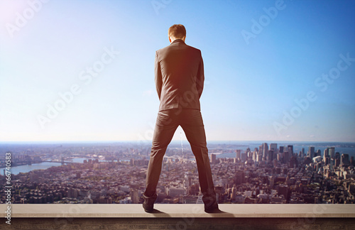 Fotografija  Man urinates from rooftop