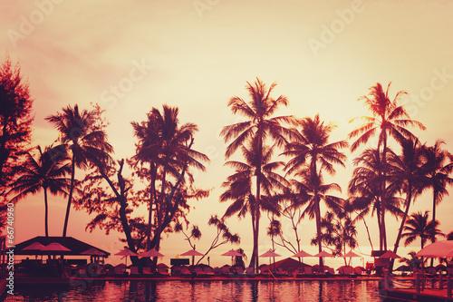 widok-na-tropikalna-plaze-drzewo-palmowe