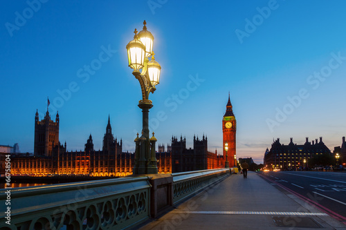 Montage in der Fensternische London London zur blauen Stunde