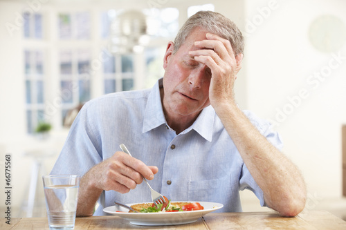Fotografia  Sick older man trying to eat