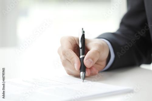 Fotografía  El hombre de negocios llenar el formulario
