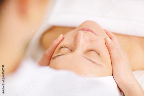 Plakaty do kosmetyczki  woman-under-professional-facial-massage-in-beauty-spa