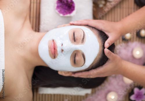 Fotografie, Obraz  Spa terapie pro mladé ženy, které mají masky v salonu krásy obličeje