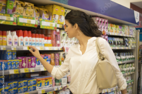 Keuken foto achterwand Young woman at the market