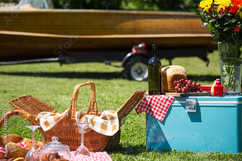 Ingelijste posters Picknick Vintage picnic at the lakehouse