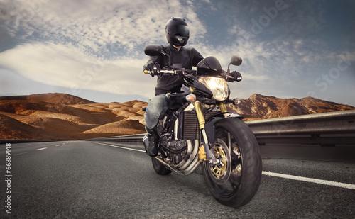 obsluguje-siedzenie-na-motocyklu-na-pustynnej-drodze