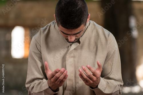 Fotobehang Midden Oosten Young Muslim Guy Praying