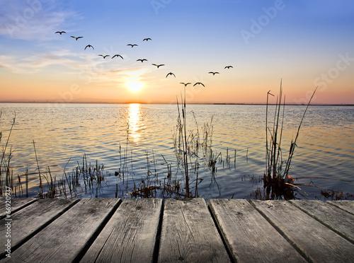 paseo de madero bordeando el mar