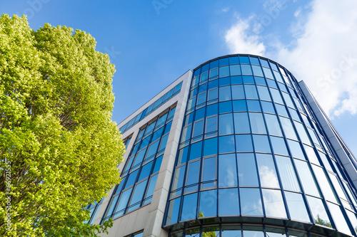 Tableau sur Toile moderne Bürogebäude in Deutschland,  Büros und Bäume