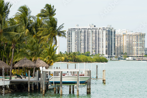 In de dag Biscayne Bay with Star Island on the foreground and Miami Beach