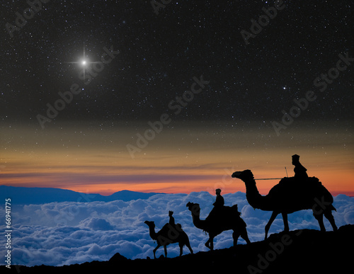 Fotografia  The 3 wise men follow Christmas star over the mountains.