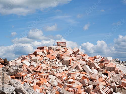 Fotografía  Concrete and brick rubble derbis on construction site