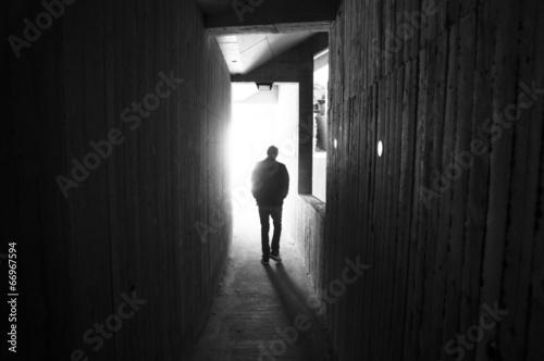 Fotografie, Obraz  uomo che entra nella luce - anfiteatro di frejus - francia