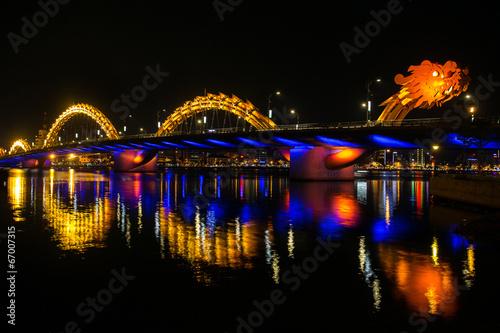 Fotografía  Puente sobre el río del dragón (Puente Rong) en Da Nang, Vietnam