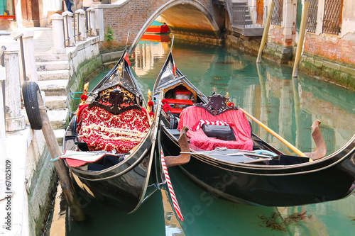 Papiers peints Gondoles Gondola Service on the canal in Venice, Italy