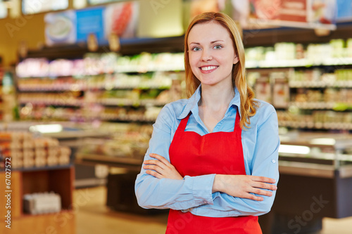 Junge Verkäuferin im Supermarkt Fototapeta