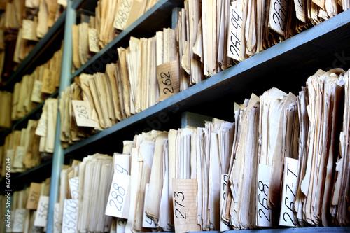 Fotografía  Estantes llenos de archivos en un archivo de edad