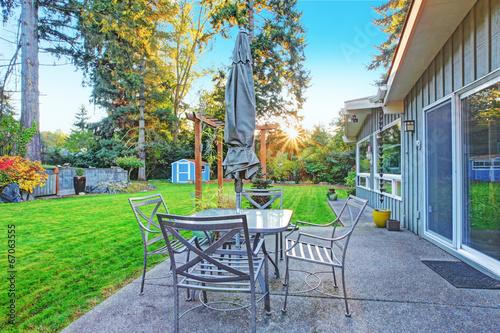 Poster Garden House with backyard patio area