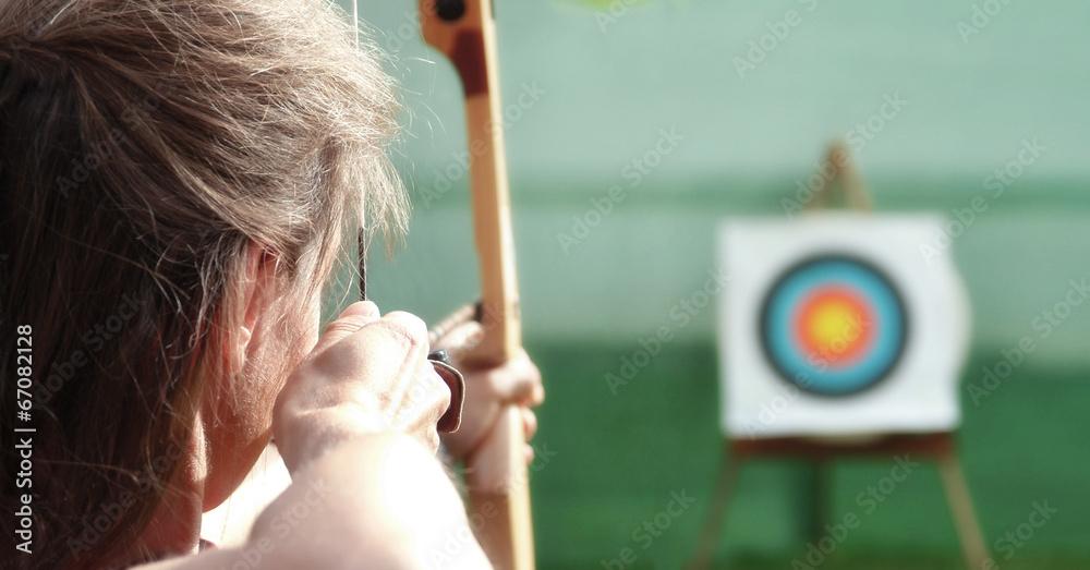 Fototapeta Bogenschütze visiert das Ziel an