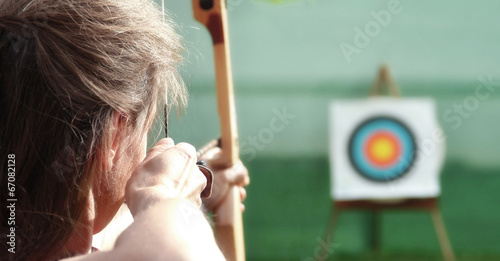 Fotografia Bogenschütze visiert das Ziel an