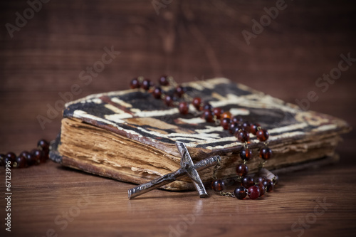 Photo Christian cross necklace next to prayer-book