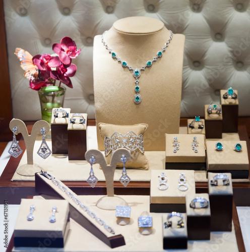 fototapeta na drzwi i meble biżuteria srebrna w gablocie